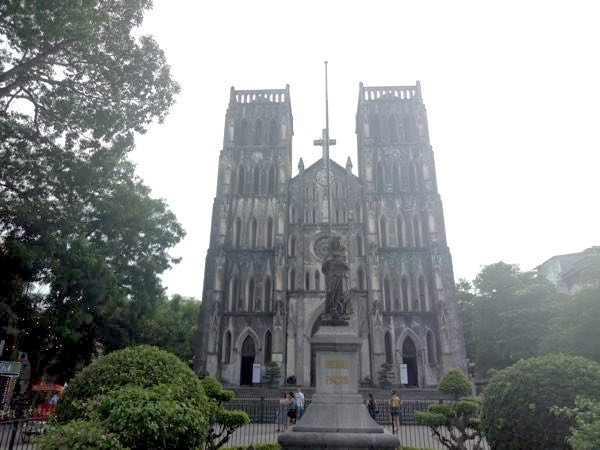 hanoi-saint-joseph-cathedral-behind-01