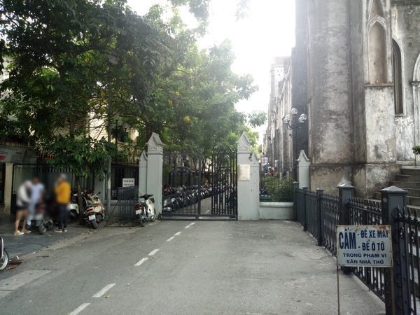hanoi-saint-joseph-cathedral-behind-02
