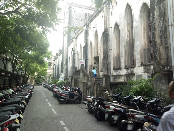 hanoi-saint-joseph-cathedral-behind-03